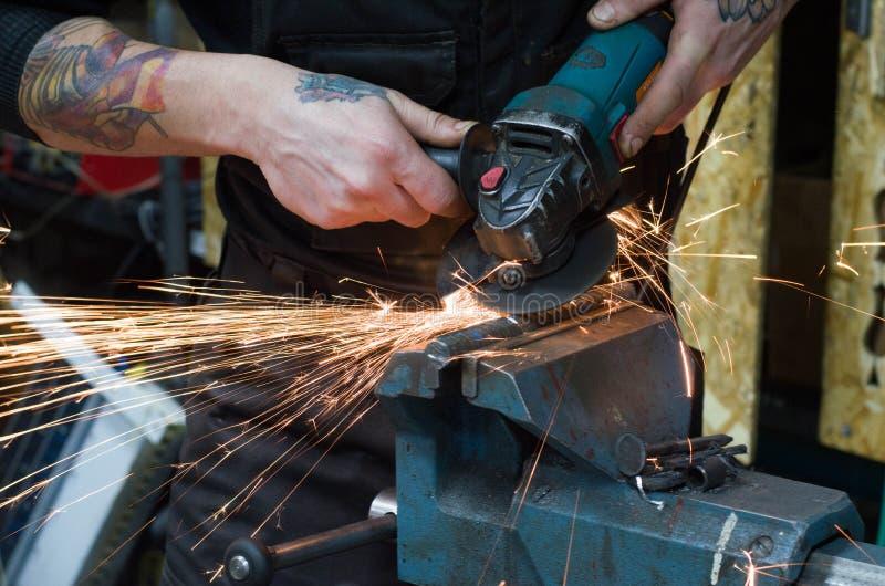 Om metaal te snijden door molen stock afbeelding