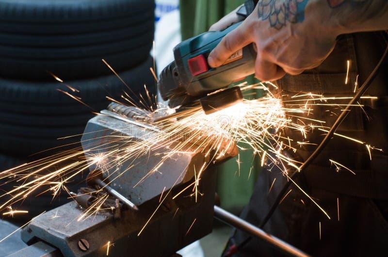 Om metaal te snijden met een malende machine met vonken royalty-vrije stock foto's