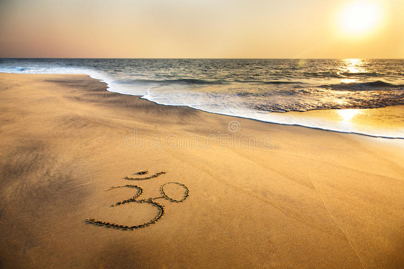 Om symbool op het strand royalty-vrije stock foto's