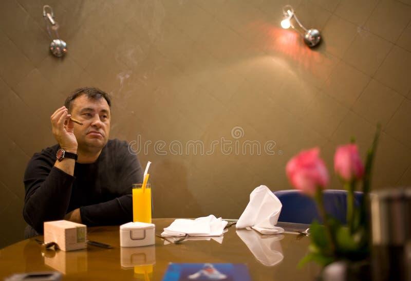 Om Te Roken En Te Denken Stock Foto