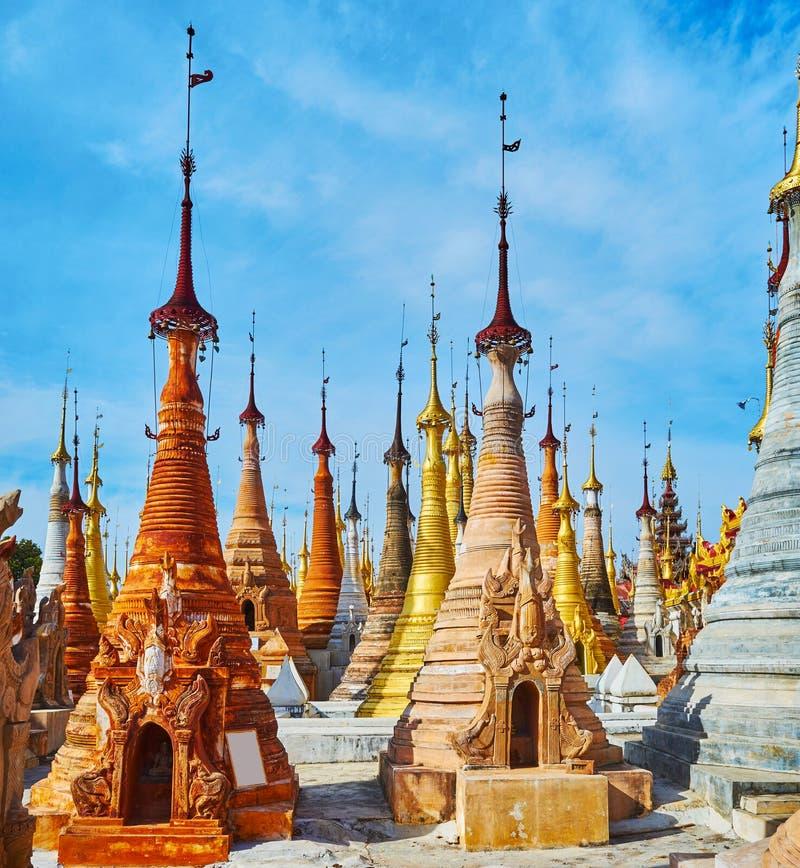 Om verloren te worden onder oude stupas, Nyaung Ohak, Indein, Myanm stock afbeeldingen
