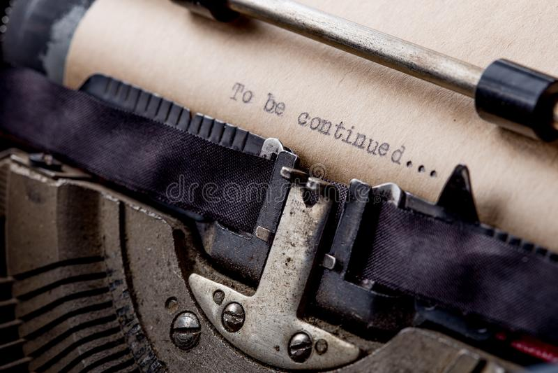 Om zijn verdergegaan Getypte woorden op een oude uitstekende schrijfmachine royalty-vrije stock afbeeldingen