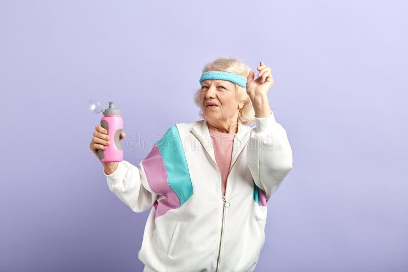 Oma die binnen voor sporten en gevoel prachtig bij haar jaren '60, actieve levensstijl doen royalty-vrije stock foto