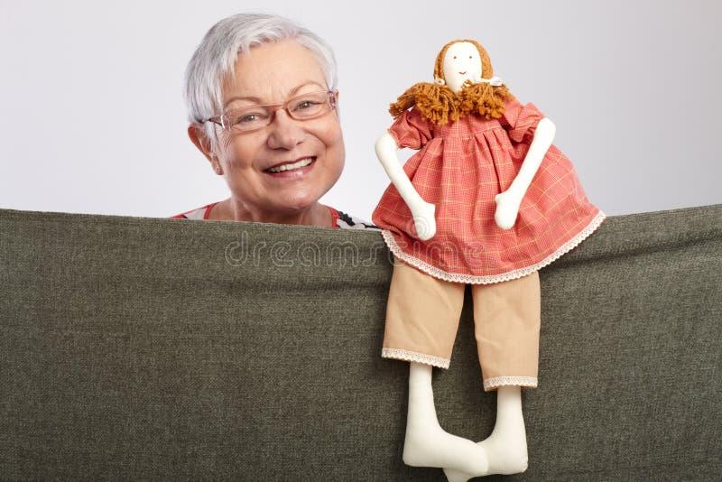 Oma die een poppenspel voorstelt stock afbeelding