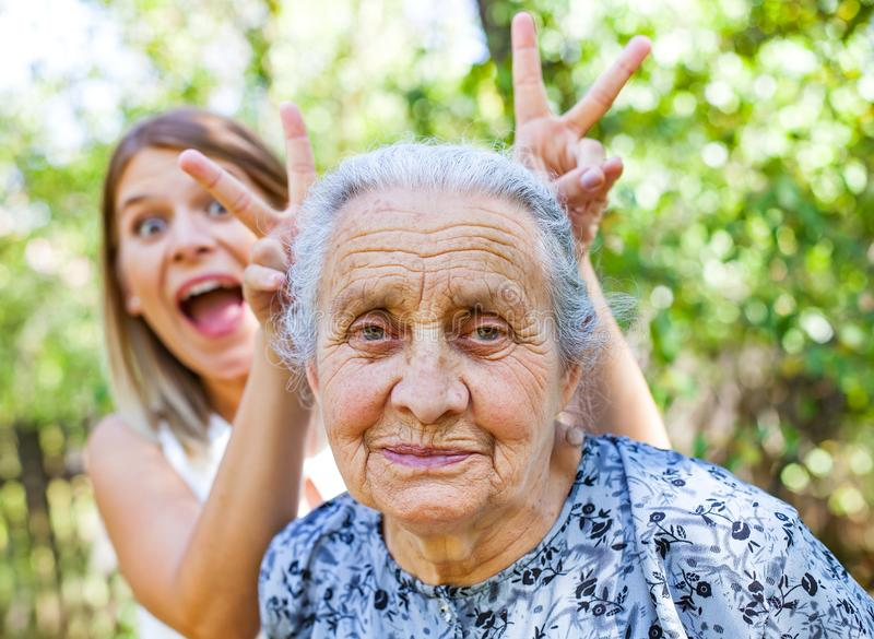 Oma die, pret glimlachen royalty-vrije stock afbeeldingen