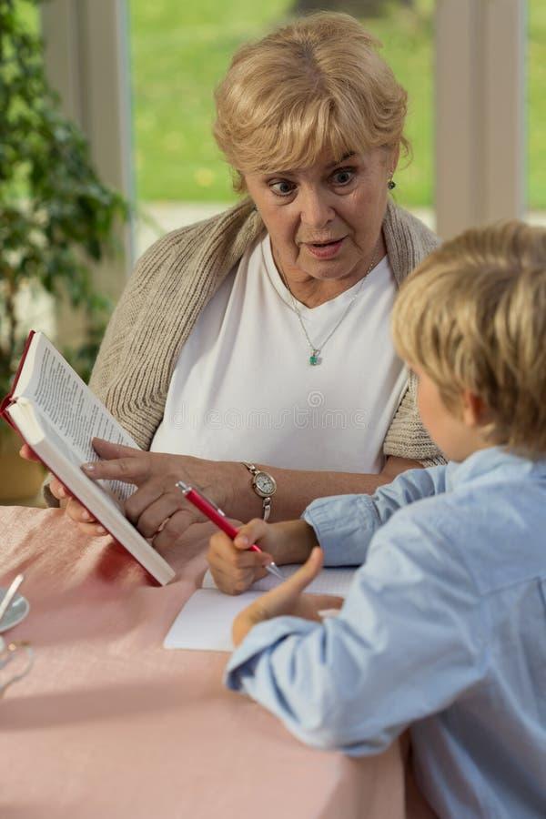 Oma die zijn kleinzoon onderwijzen royalty-vrije stock foto's
