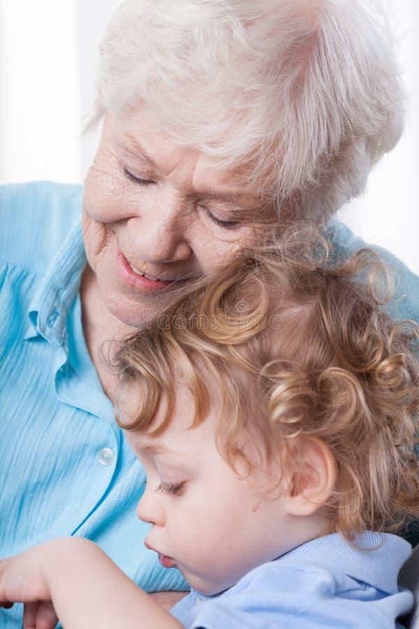 Oma en haar kleinkind stock foto's