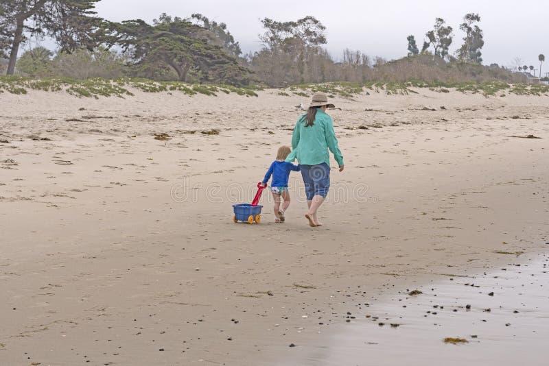 Oma en haar Kleinkind op het Strand stock foto's