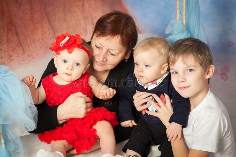Oma en kinderen royalty-vrije stock foto