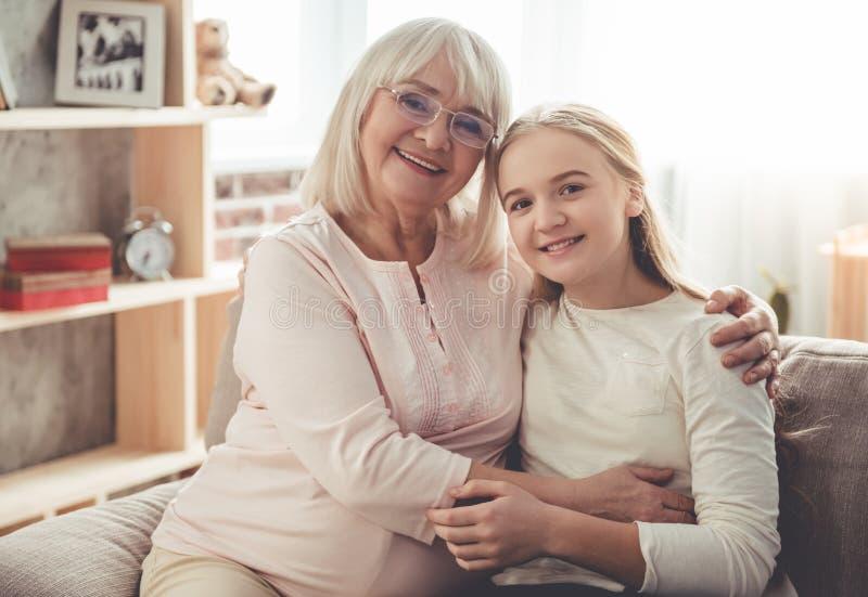 Oma en kleindochter royalty-vrije stock afbeelding