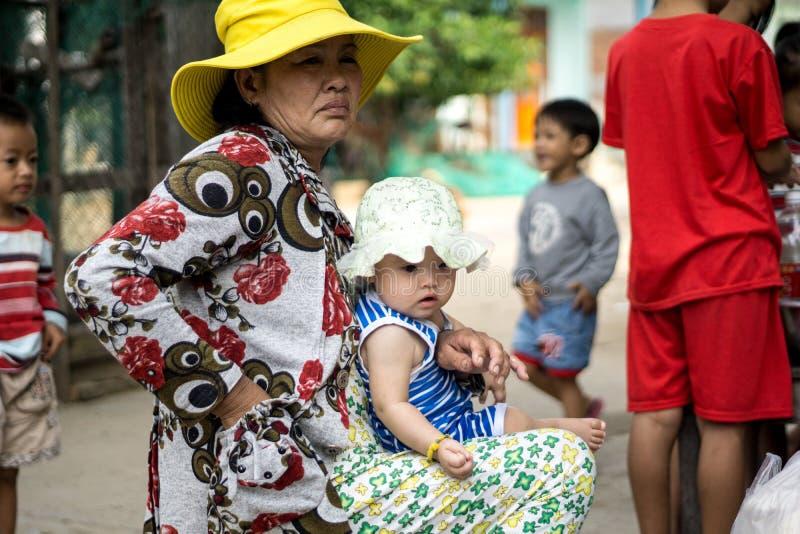 Oma en kleindochter in Duong Lam Ancient Village stock foto