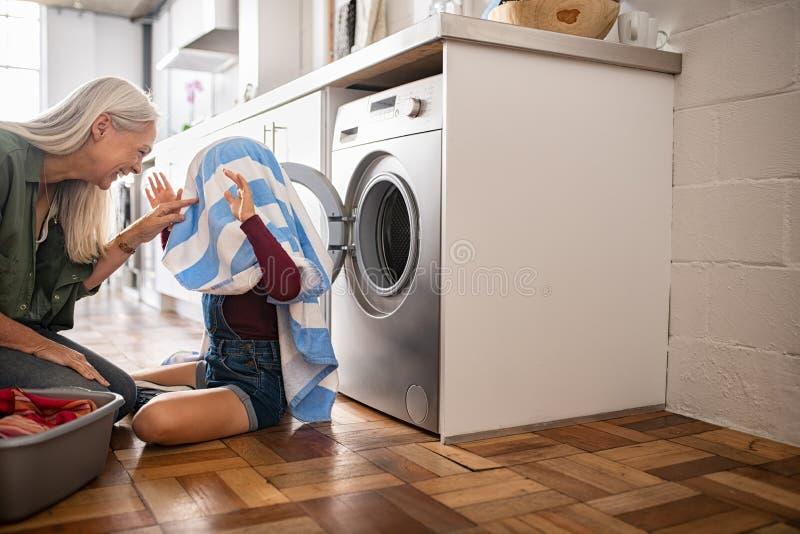 Oma en kleindochter het spelen met kleren stock afbeelding