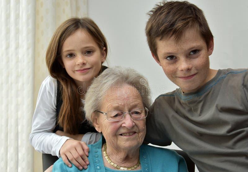 Oma en kleinkinderen stock fotografie