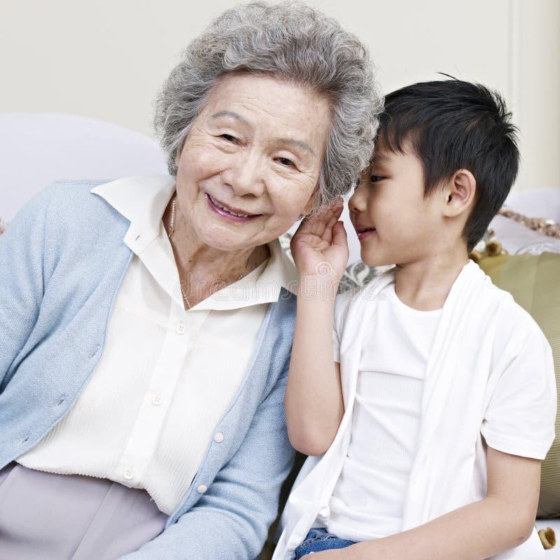 Oma en kleinzoon stock foto