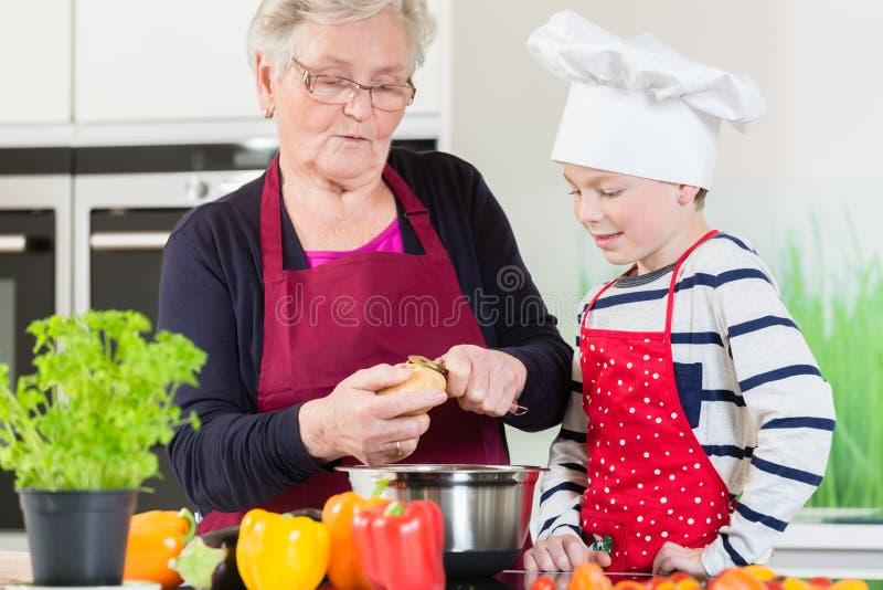 Oma en kleinzoon die samen koken royalty-vrije stock foto's