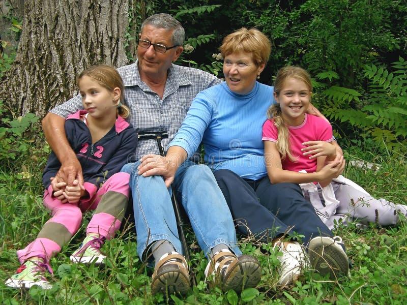 Oma en opa met de kleinkinderen stock fotografie