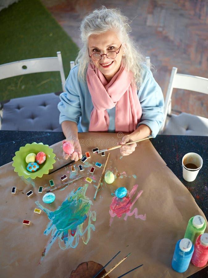 Oma het schilderen eieren royalty-vrije stock afbeelding