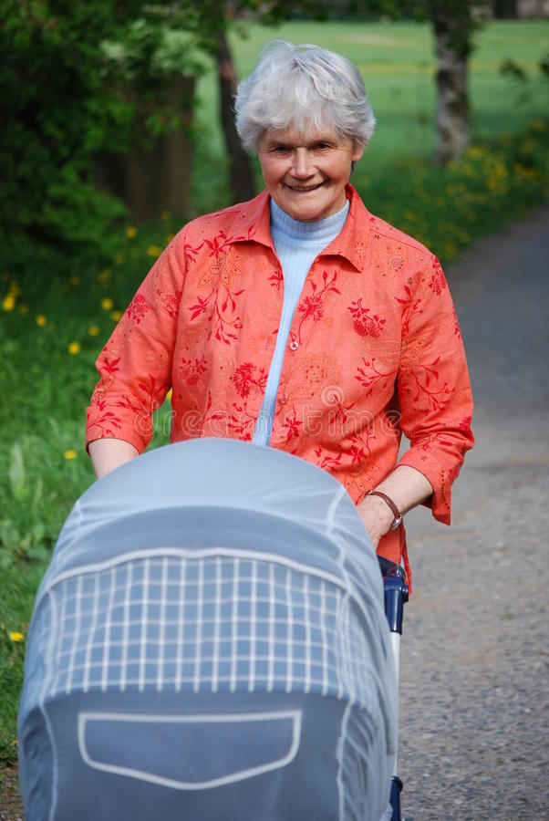 Oma met kinderwagen royalty-vrije stock fotografie