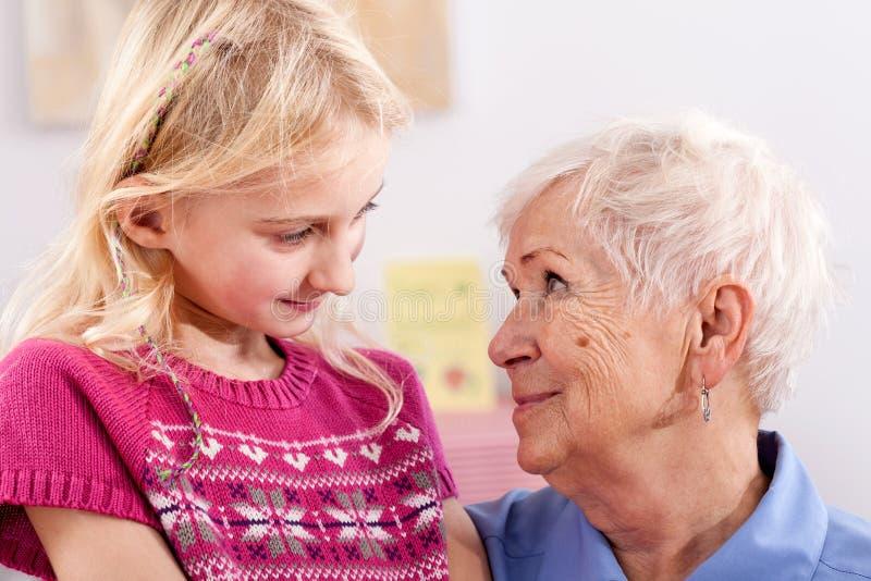 Oma met kleindochter stock fotografie