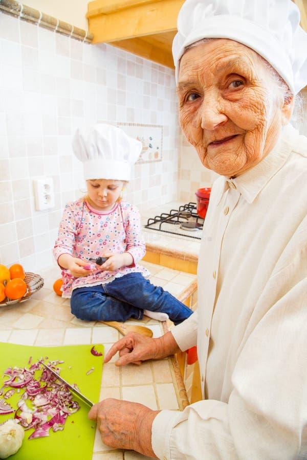 Oma met kleinkind het koken royalty-vrije stock afbeelding
