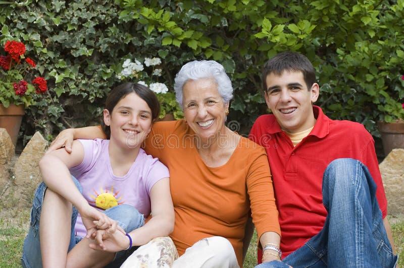 Oma met kleinkinderen royalty-vrije stock afbeelding