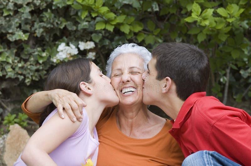 Oma met kleinkinderen royalty-vrije stock fotografie
