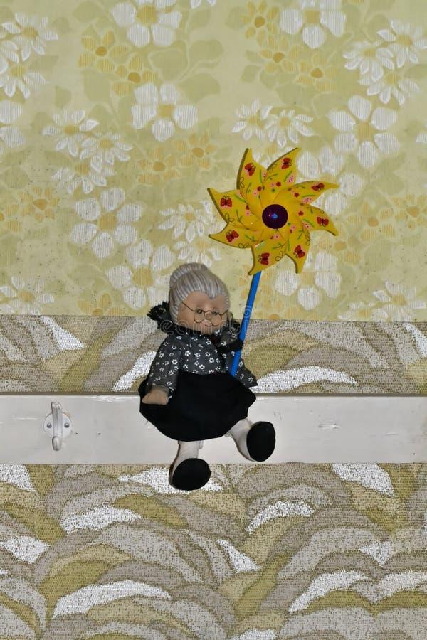 Oma met windmolen stock foto's