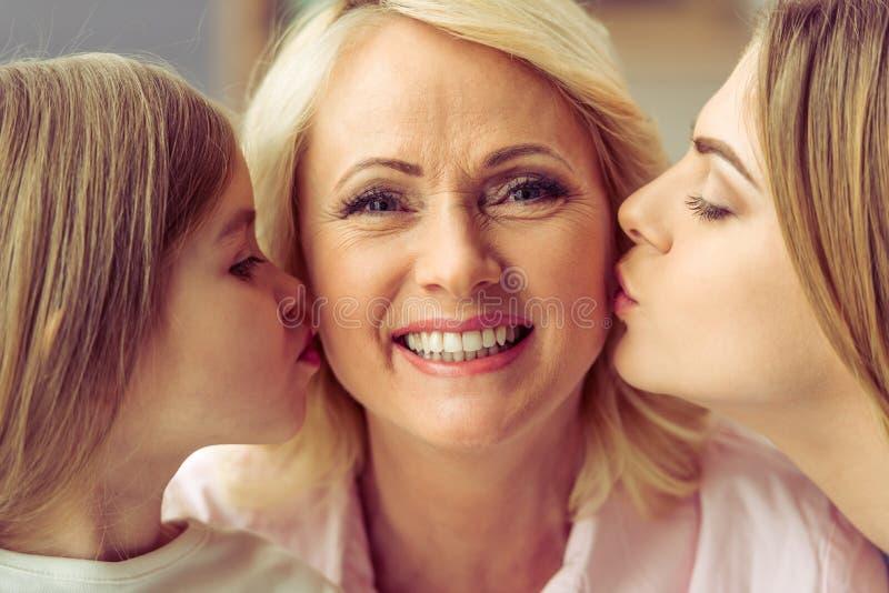 Oma, Mutter und Tochter stockbild