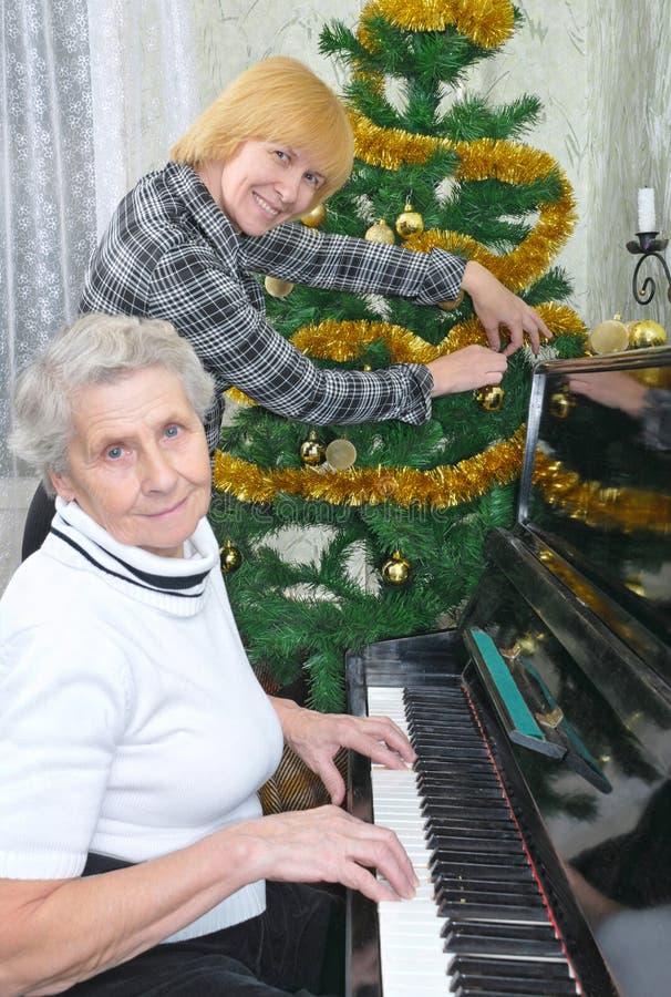 Oma und Tochter bereiten sich zum Weihnachten vor lizenzfreies stockbild