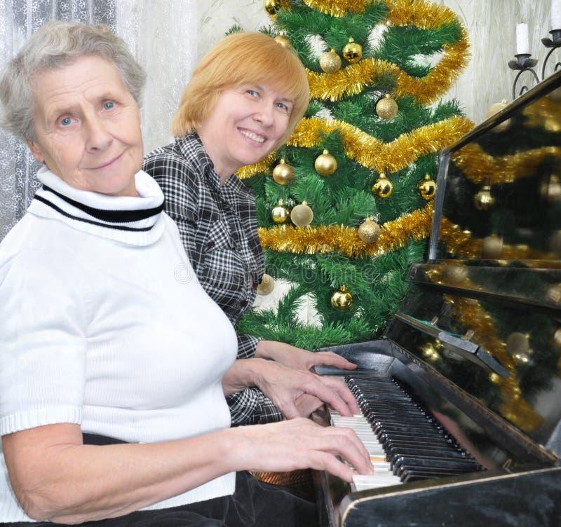 Oma und Tochter bereiten sich zum Weihnachten vor stockbild