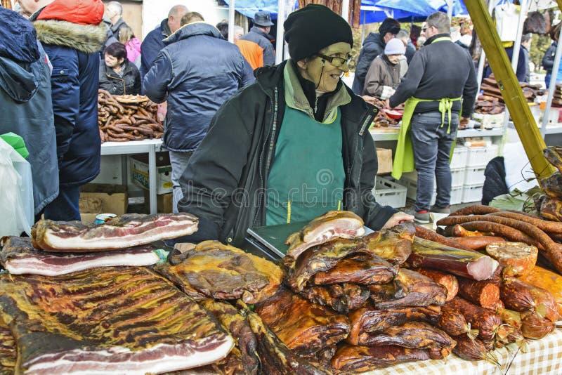 Oma verkauft getrocknetes und geräuchertes Fleisch lizenzfreies stockfoto