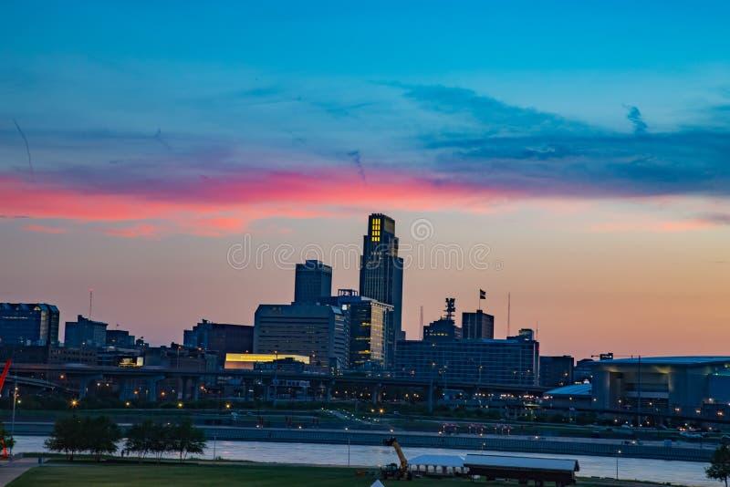 Omaha Nebraska horisont med härlig himmel färgar precis efter solnedgång royaltyfri fotografi