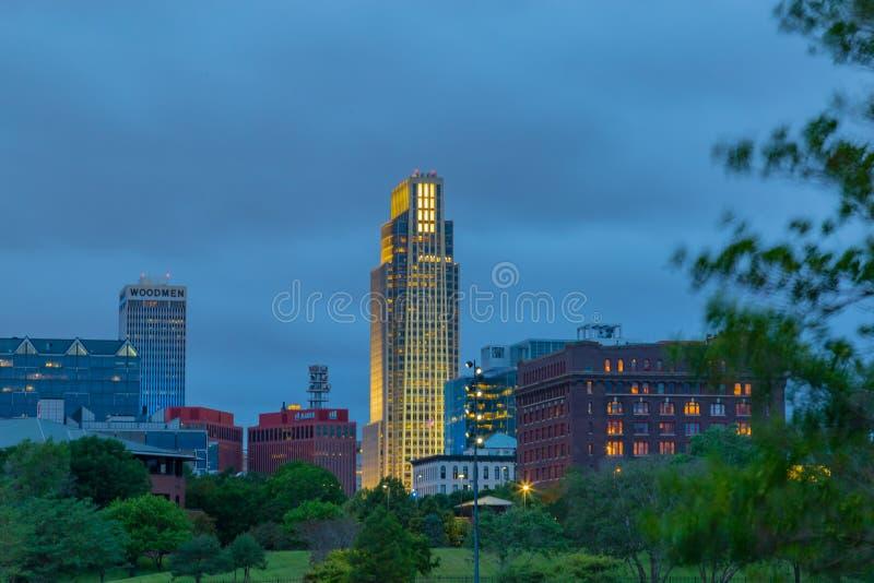 Omaha Nebraska National Bank Pierwszy budynek z linią horyzontu przy półmrokiem zdjęcia stock