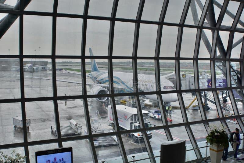 Oman Air-vliegtuigen die op vertrek wachten Het vertrekzaal van de Suvarnabhumiluchthaven, internationale terminal bangkok thaila royalty-vrije stock foto's