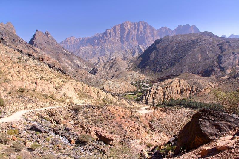 OMAN: Allmän sikt av bergen av Wadi Bani Awf i västra Hajar arkivbild