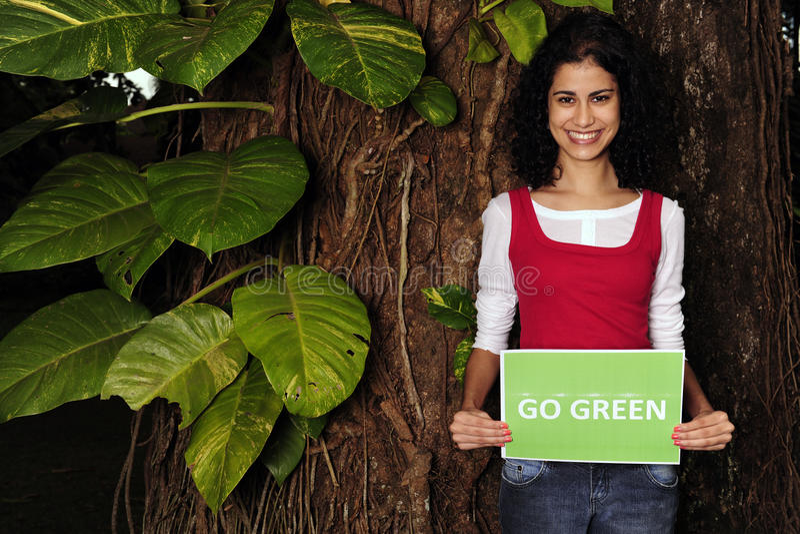 Oman dat gaat groen teken houdt royalty-vrije stock foto's