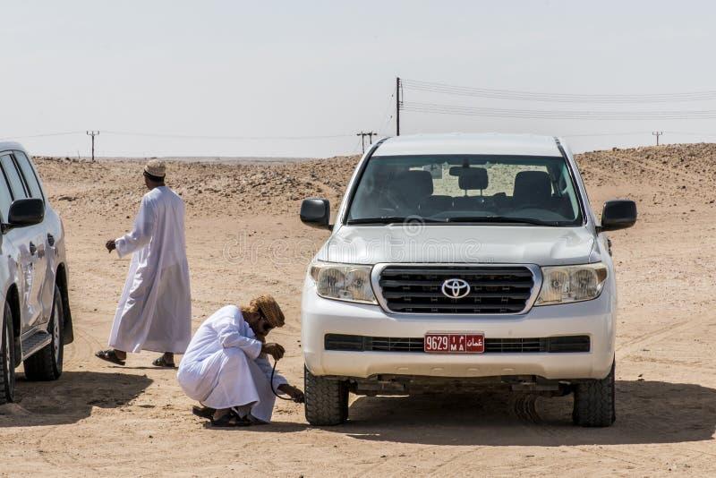 Oman Salalah 17 10 2016 dżipa tradycyjnego safari Ubar pustyni pocierania Khali Wydmowi Wali Lokalni arabscy ludzie Objeżdżają dh zdjęcie stock