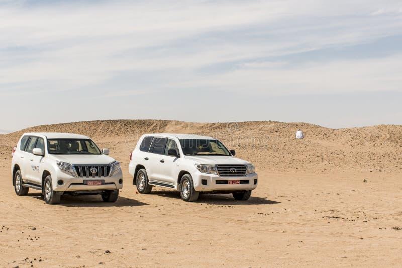 Oman Salalah 17 10 2016 van de Oneffenheidskhali local van Jeep traditionele Safari Dune Bashing Ubar Desert Arabische de mensenr royalty-vrije stock afbeelding