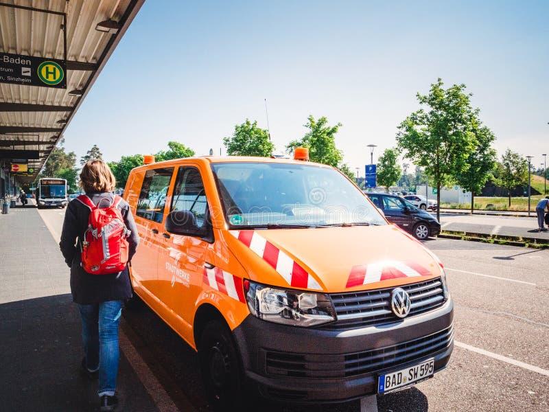 Oman som går nära den orange flygplatsingången för tjänste- buss royaltyfria bilder
