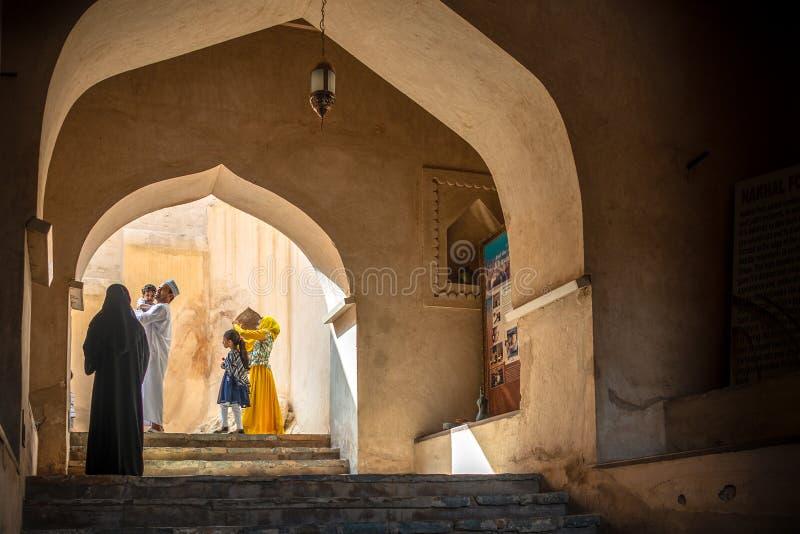 Omani familie die Rustaq-Fort, Oman bezoeken royalty-vrije stock afbeeldingen