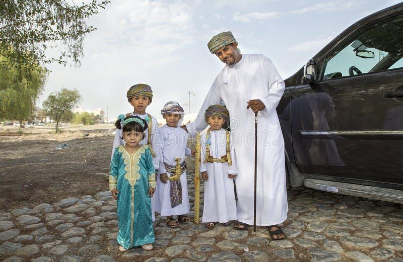 Omani familie kleedde zich voor een gelegenheid van Eid Al Fitr royalty-vrije stock afbeeldingen