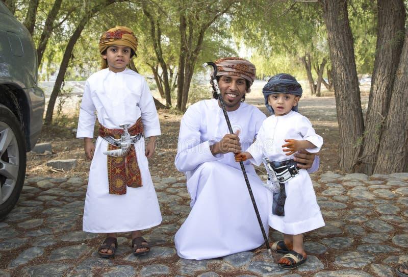 Omani familie kleedde zich voor een gelegenheid van Eid Al Fitr royalty-vrije stock foto