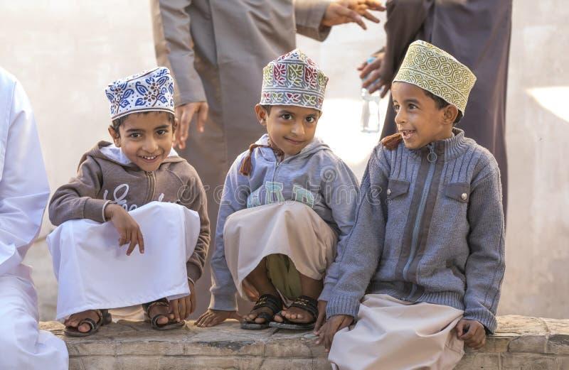 Omani jongens bij een markt stock afbeelding