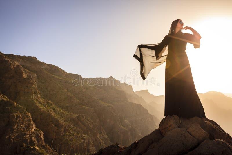 Omani kobieta w górach zdjęcie royalty free