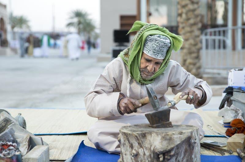 Omani mens die metaalhulpmiddelen maken stock foto's