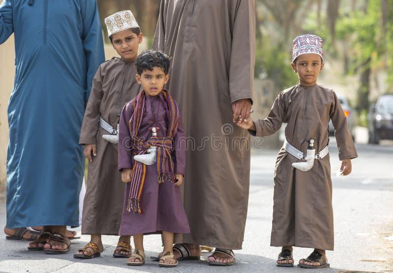 Omani mensen bij een dag van Eid bij een straatmarkt voor jonge geitjes royalty-vrije stock fotografie