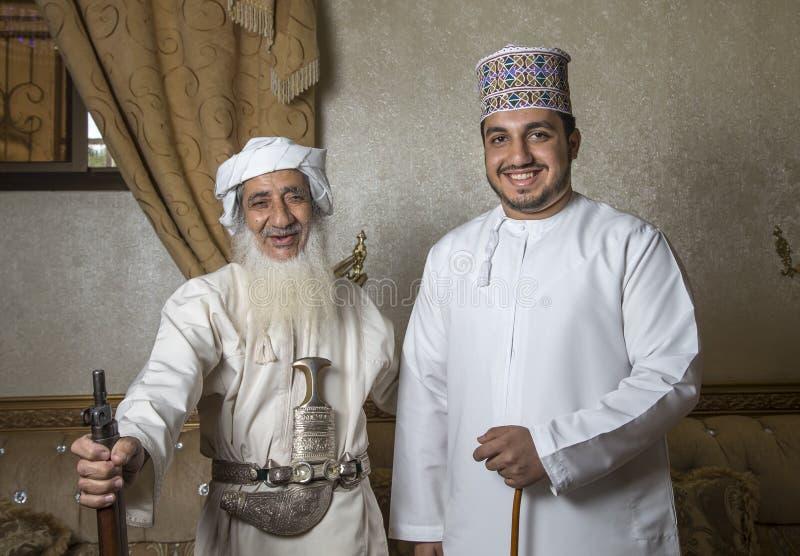 Omani mensen in traditionele uitrustingen royalty-vrije stock afbeelding