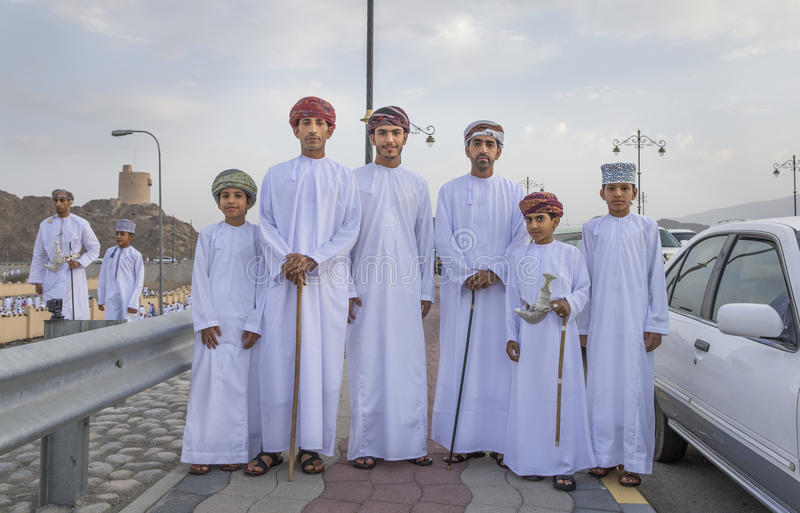 Omani mensen in tradtionaluitrustingen op een straat in Nizwa royalty-vrije stock foto's