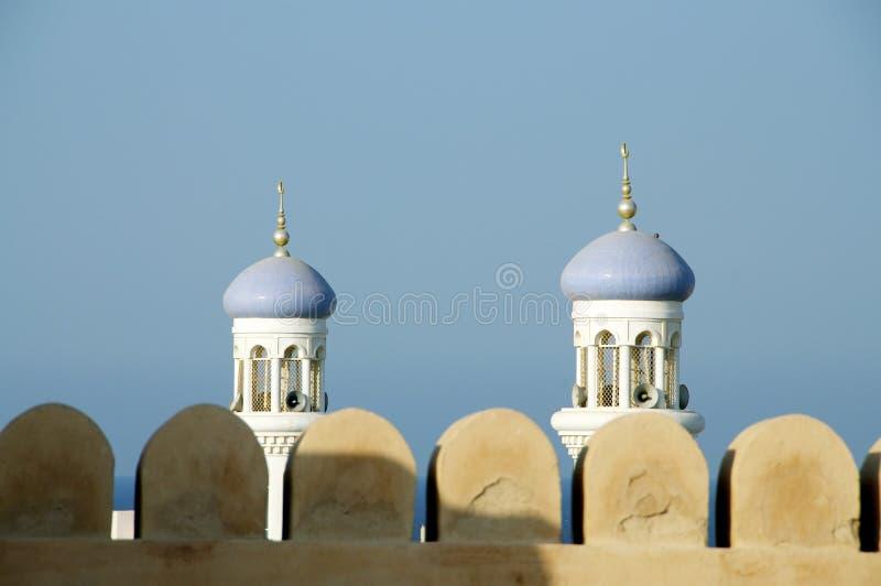 Omansk fort och minarets royaltyfria foton