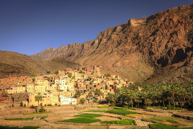 Omansk by i bergen arkivbild
